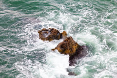 Rots en golven stock afbeeldingen