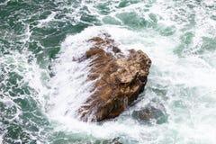 Rots en golven royalty-vrije stock foto