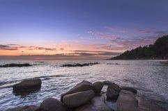 Rots en zeegezicht in zonsondergangtijd Royalty-vrije Stock Fotografie