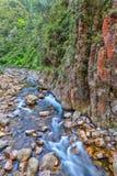 Rots-gevulde rivier bij de bodem van een diepe kloof royalty-vrije stock foto