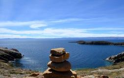 Rots het in evenwicht brengen met een mening van Isla del Sol op Titicaca-meer, Bolivië Royalty-vrije Stock Afbeeldingen