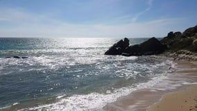 Rots in het overzees, brekende golven stock video