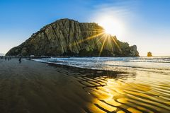 Rots in het water, zonsondergang op het strand, Moro Bay, Californië royalty-vrije stock foto