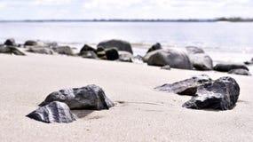 Rots in het zand Horizon over water, overzeese scène Stock Fotografie