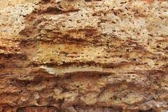 Rots, layeres structuur, warme bruine, gele, rode schaduwen stock afbeelding