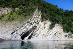 Rots met groene installaties, Kaap op de kust royalty-vrije stock afbeelding
