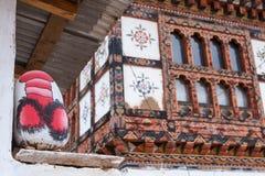 Rots met het Fallische beeld schilderen op de muur van het huis, Bhutan Stock Foto