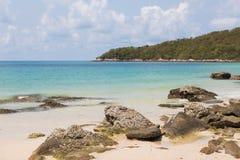 Rots op de het landschapsachtergrond van de strand natuurlijke horizon Stock Afbeelding