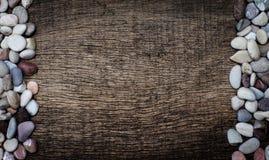 Rots op de rechterkant en de linkerzijde op de achtergrond van hout Royalty-vrije Stock Foto
