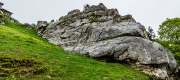 Rots op een groene heuvel royalty-vrije stock fotografie