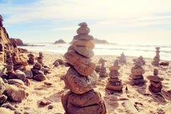 Rots op het strand met bewolkte hemel royalty-vrije stock foto