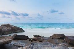 Rots op het strand met duidelijke blauwe hemel Royalty-vrije Stock Fotografie