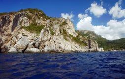 Rots op kust bij het eiland van Korfu Royalty-vrije Stock Foto