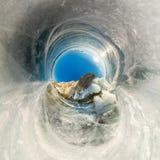 Rots op Olkhon met ijs en ijskegels in Meer Baikal wordt behandeld dat royalty-vrije stock afbeeldingen