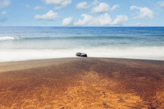 Rots, overzees gouden strand en zandzeegezicht Lange Blootstelling Stock Foto