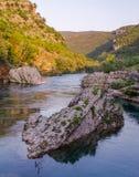 Rots in rivier Stock Afbeeldingen