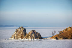 Rots Shamanka op Olkhon-eiland in meer Baikal in de winter Royalty-vrije Stock Foto