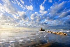 Rots in Sopelana strand met mooie wolken Stock Fotografie