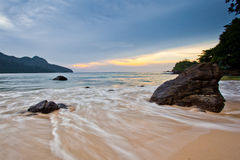 Rots, strand en zonsondergang Royalty-vrije Stock Foto