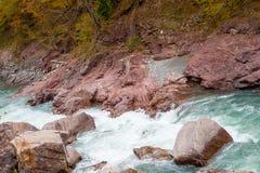 Rots in stroomstroom van de dalingsseizoen van de bergenrivier Stock Afbeeldingen