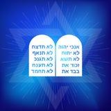 Rots van tien bevelen met Hebreeuws alfabet op blauwe achtergrond stock illustratie