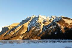 Rotsachtig bergen en meer stock afbeelding
