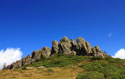 Rotsachtig bergenlandschap met een duidelijke blauwe hemel royalty-vrije stock foto's