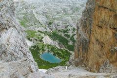 Rotsachtig de bergenvallei en meer van dolomietalpen Royalty-vrije Stock Fotografie