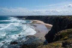 Rotsachtig de kustlijnlandschap van de de zomeratlantische oceaan in Algarve, Portug Royalty-vrije Stock Afbeelding