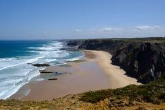 Rotsachtig de kustlijnlandschap van de de zomeratlantische oceaan in Algarve, Portug Stock Afbeeldingen