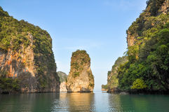 Rotsachtig eiland in de baai van Phang Nga, Thailand Royalty-vrije Stock Afbeelding