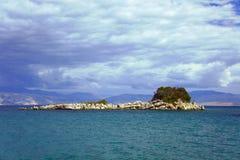 Rotsachtig eiland in het Ionische overzees Stock Foto's