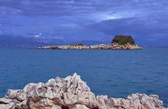 Rotsachtig eiland in het Ionische overzees Royalty-vrije Stock Afbeeldingen