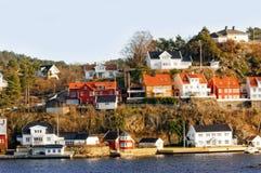 Rotsachtig eiland met de bouw, Noorwegen Stock Foto