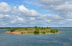 Rotsachtig eiland in Oostzee Stock Foto