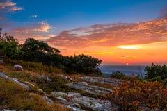 Rotsachtig graniet bovenop de berg bij zonsondergang Royalty-vrije Stock Foto