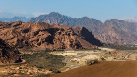 Rotsachtig landschap in de woestijn in het Zuidwesten van Argentinië stock afbeeldingen