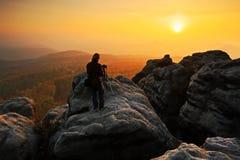 Rotsachtig landschap met fotograaf tijdens de herfst Mooi landschap met steen Zonsondergang in Tsjechisch nationaal park Ceske Sv Royalty-vrije Stock Foto