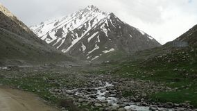 Rotsachtig landschap tijdens de lente stock video