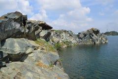 Rotsachtig meer met steen en klip Stock Foto's
