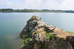 Rotsachtig meer met steen en klip Stock Afbeelding