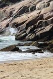 Rotsachtig oceaanstrand in Maine Stock Afbeelding