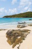 Rotsachtig over het strand met bergachtergrond Royalty-vrije Stock Afbeelding