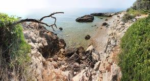 Rotsachtig overzees strand van Middellandse Zee Royalty-vrije Stock Afbeeldingen