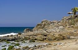 Rotsachtig punt door de Vreedzame Oceaan royalty-vrije stock foto