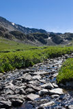 Rotsachtig rivierbed van rivier Kyshyshtubek stock afbeeldingen