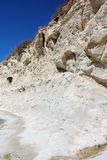 Rotsachtig steil steenachtig strand op het Eiland Malta stock foto's