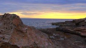 Rotsachtig strand bij de Middellandse Zee in de avond stock video