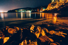 Rotsachtig strand bij nacht Royalty-vrije Stock Afbeelding