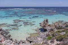 Rotsachtig strand bij Rottnest-Eiland, Westelijk Australië, Australië stock foto